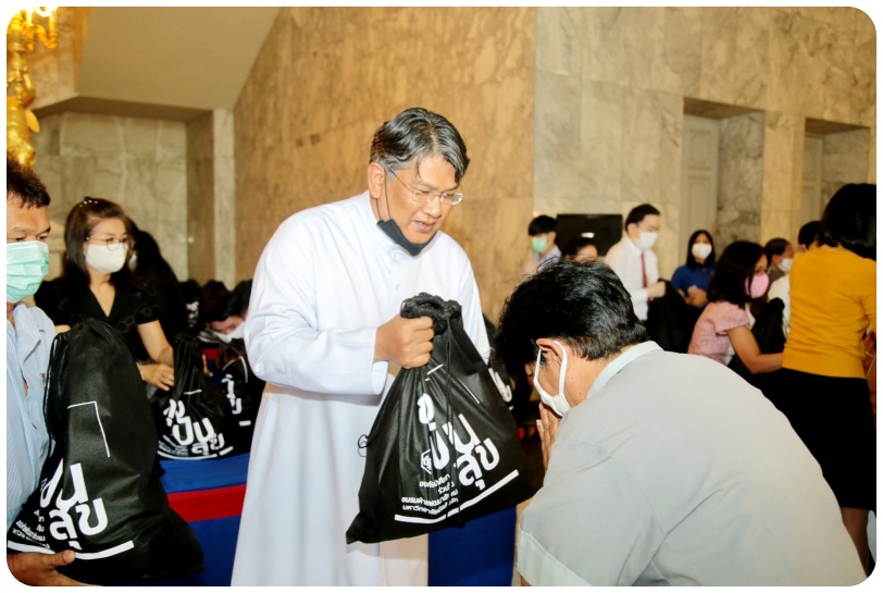 Rev. Bro. Dr. Verayuth  presented the happiness sharing bags (ถุงปันสุข)